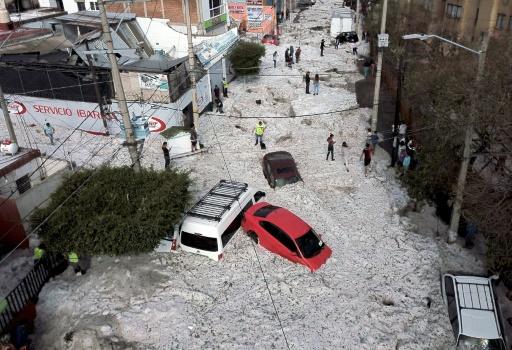 Vue aérienne d'une rue envahie par la glace après de fortes chutes de grêle, le 30 juin 2019 à Guadalajara, au Mexique © AFP ULISES RUIZ