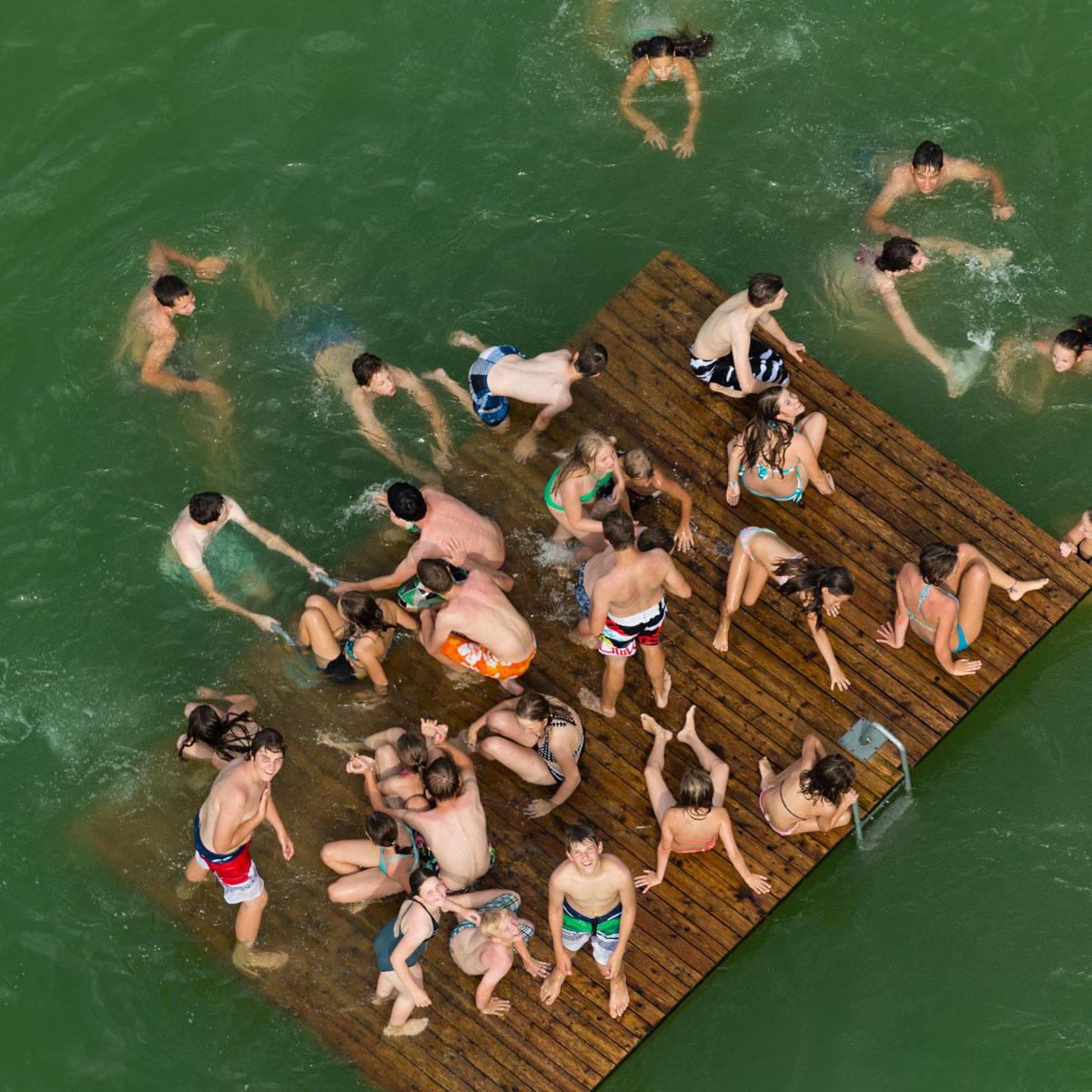 Arth : baigneurs dans Le lac de Zoug (Zugersee), Canton de Schwytz, Suisse (47°4' n - 8°31' E) © Yann Arthus Bertrand
