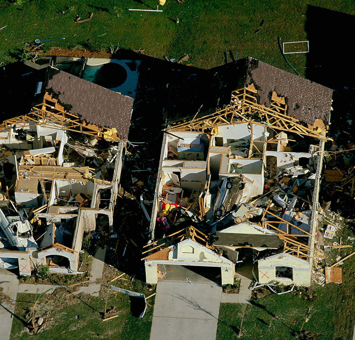 TORNADO DAMAGE IN OSCEOLA COUNTY, Florida, United States (28°16' N, 81°25' W)