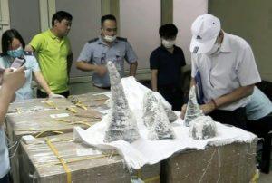 Des agents des douanes de l'aéroport international de Noi Bai sortent des morceaux de cornes de rhinocéros de leur emballage à Hanoi, le 25 juillet 2019 © Vietnam News Agency/AFP Vietnam News Agency