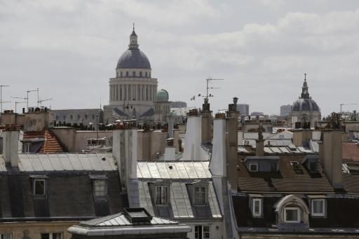 Le Panthéon apparaît derrière des toits parisiens. La Ville lumière travaille à s'adapter au réchauffement climatique, sans perdre son patrimoine © AFP/Archives PATRICK KOVARIK