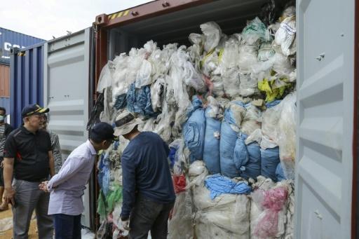 Des douaniers indonésiens examinent un container de déchets renvoyé vers les Etats-Unis, le 15 juin 2019 dans le port de Batam (Indonesie) © AFP/Archives ANDARU