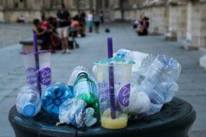 Une poubelle débordant de déchets à Paris, le 6 juillet 2019 © AFP JOEL SAGET