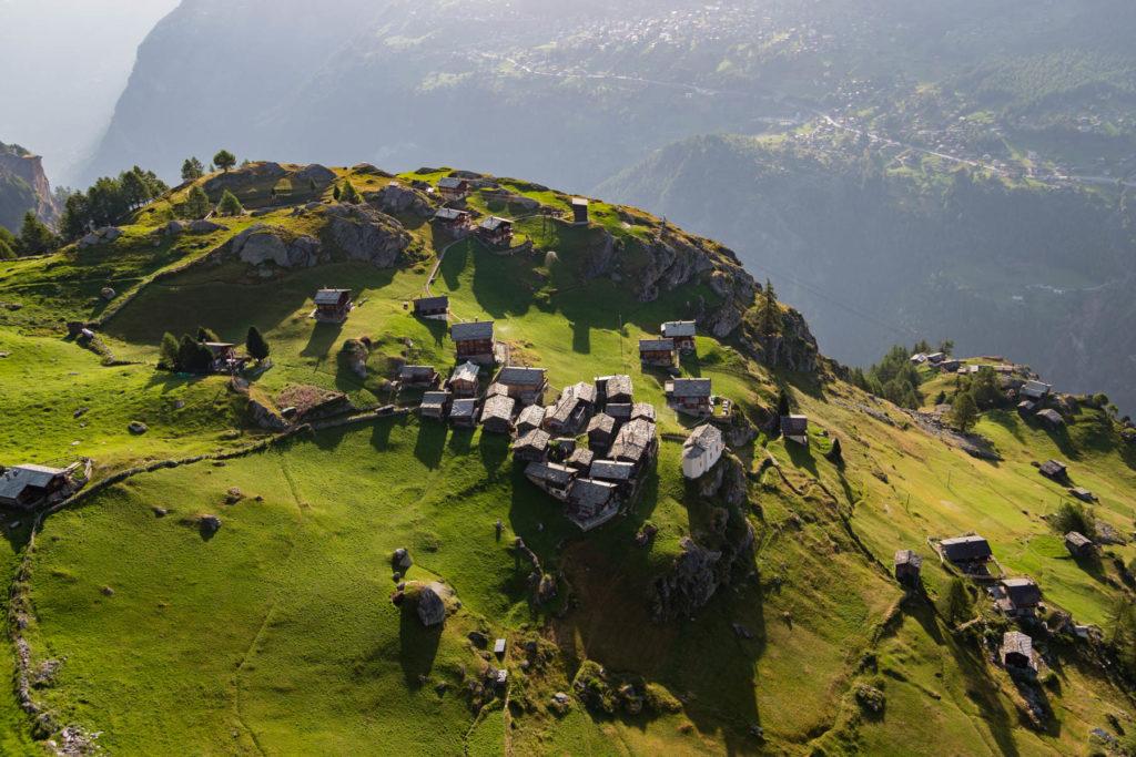 Village de Jungu qui surplombe Saint-Nicolas, commune de Saint-Nicolas, Canton du Valais, Suisse. (46°12' N - 7°48' E)