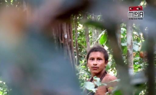 Capture d'écran d'une video tournée en août 2018 par le collectif Midia India montrant un jeune membre d'une tribu isolée dans la forêt amazonienne © Midia India/AFP HO
