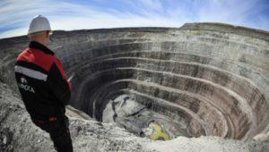 Une mine de diamants à ciel ouvert, le 2 juillet 2019, au nord-est de Mirny, en Iakoutie © AFP Alexander NEMENOV
