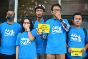 Des militants écologistes indonésiens devant le tribunal de Jakarta où ils ont déposé plainte contre le gouvernement à propos de la pollution de l'air de la capitale, le 4 juillet 2019 © AFP ADEK BERRY