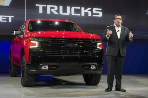Le président de General Motors Amérique du Nord, Alan Batey, devant la nouvelle version de la Chevrolet Silverado, à Detroit le 13 janvier 2018 © AFP/Archives Jewel SAMAD