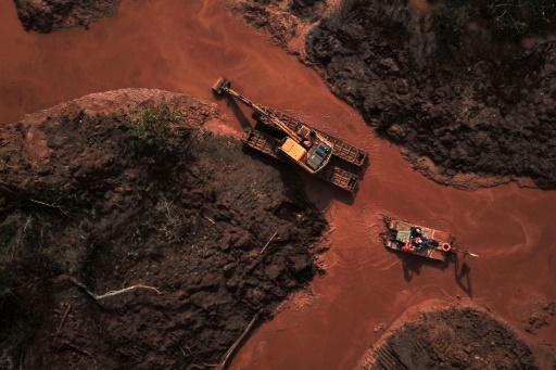 Des équipes de secours utilisent un véhicule amphibie, le 3 mai 2019, pour rechercher les corps de victimes de la catastrophe de Brumadinho (Brésil) qui a fait 270 morts et disparus en janvier dernier © AFP Douglas MAGNO