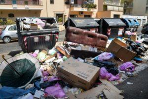 Les poubelles débordent et les déchets s'accumulent dans le quartier de Centocelle à Rome le 10 juillet 2019. © AFP Tiziana FABI