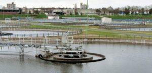 """Les bassins de décantation de la station de traitement des eaux """"Seine-Aval"""" à Achères dans les Yvelines le 11 février 2002 © AFP/Archives JEAN-PIERRE MULLER"""