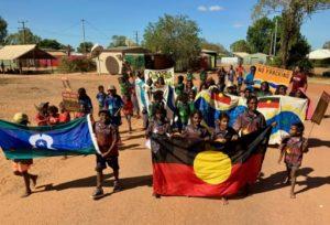 Des membres de la communauté indigène de Minyerri, petite localité à cinq heures de route de Darwin, la capitale du Territoire du Nord en Australie, protestent contre la décision du gouvernement d'abolir un moratoire sur la fracturation hydraulique © Seed Minyerri Fracking Free Acti/AFP -