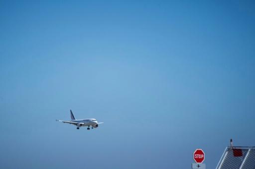 Le gouvernement va mettre en place dès 2020 une ecotaxe de 1,50 à 18 euros sur les billets d'avion pour tous les vols au départ de la France © AFP/Archives JOEL SAGET
