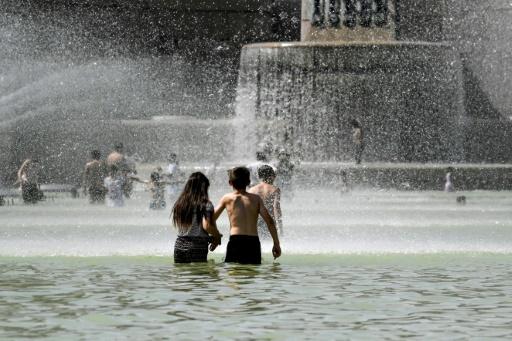 Des enfants se rafraîchissent dans les bassins de la fontaine du Trocadéro lors d'un épisode de fortes chaleurs, le 22 juillet 2019 à Paris © AFP ALAIN JOCARD
