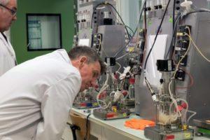 Alain Marty, directeur scientifique de Carbios, en laboratoire, dans les locaux de la société à Saint-Beauzire (Puy-de-Dôme), le 1er avril 2019 © AFP/Archives Thierry Zoccolan