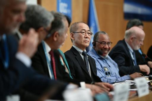 Le président du Giec, Hoesung Lee (c), lors d'une conférence de presse sur le rapport publié par les experts de l'ONU sur le climat, le 8 août 2019 à Genève © AFP FABRICE COFFRINI