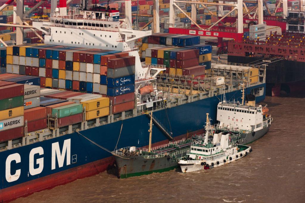Port de Yangshan (le plus important du monde en eau profonde), baie de Hangzhou, Shanghai, Chine (30°38' N - 122°03' E)