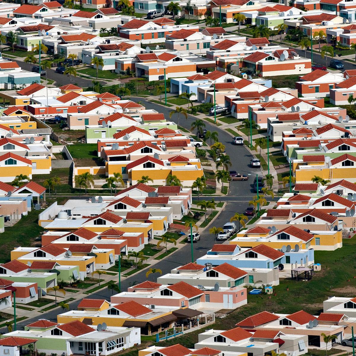 Quartier résidentiel dans la banlieue de Caguas, Porto Rico. (18°13' N - 66°00' W)