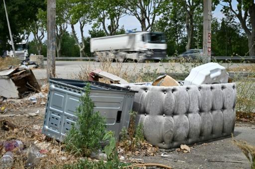 Une décharge sauvage le 7 août 2019 près d'une route départementale à Sénas (Bouches-du-Rhône) © AFP GERARD JULIEN