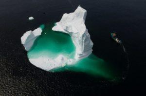 Le bateau du capitaine Edward Kean navigue à proximité d'un iceberg dans la baie de Bonavista, au large de Terre-Neuve, au Canada, le 29 juin 2019 © AFP Johannes EISELE