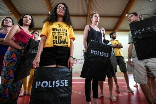 Des personnes participent à un atelier sur les conduites à adopter pendant les manifestations, le 2 août 2019 à Kingersheim, dans l'est de la France © AFP SEBASTIEN BOZON