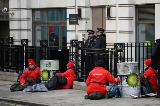 Greenpeace blqouent le siège de BP