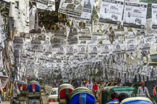 affiches électorales plastifiées dans les rues de Dacca